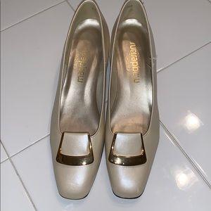 Vtg Magdesians ivory low heeled pumps